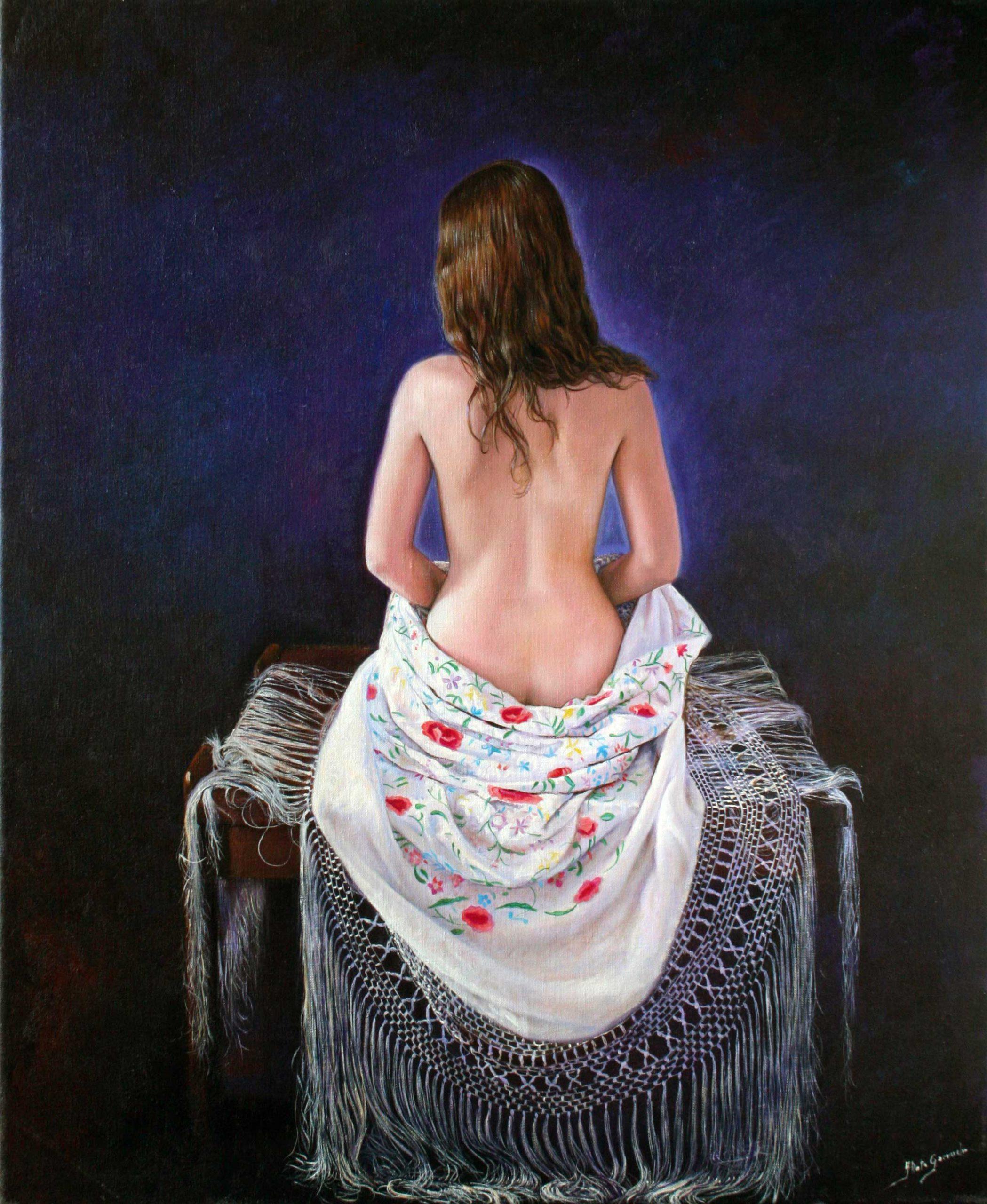 La espalda con mantón blanco