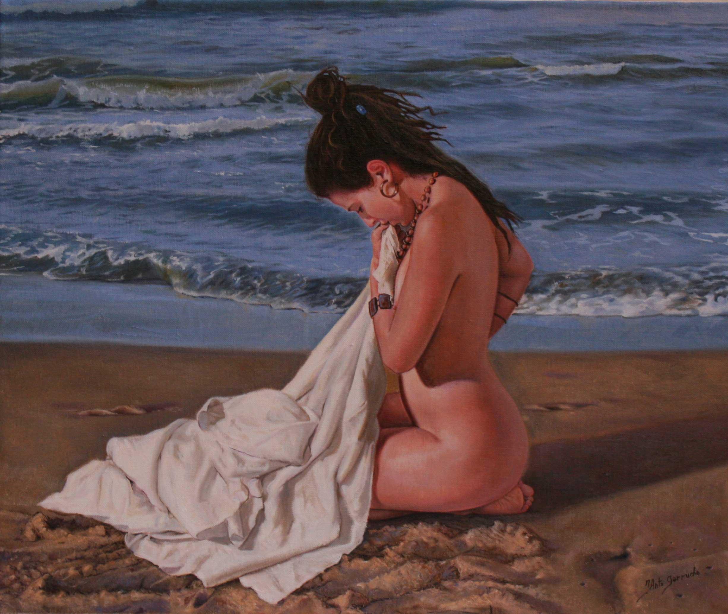 Mujer sentada en la playa