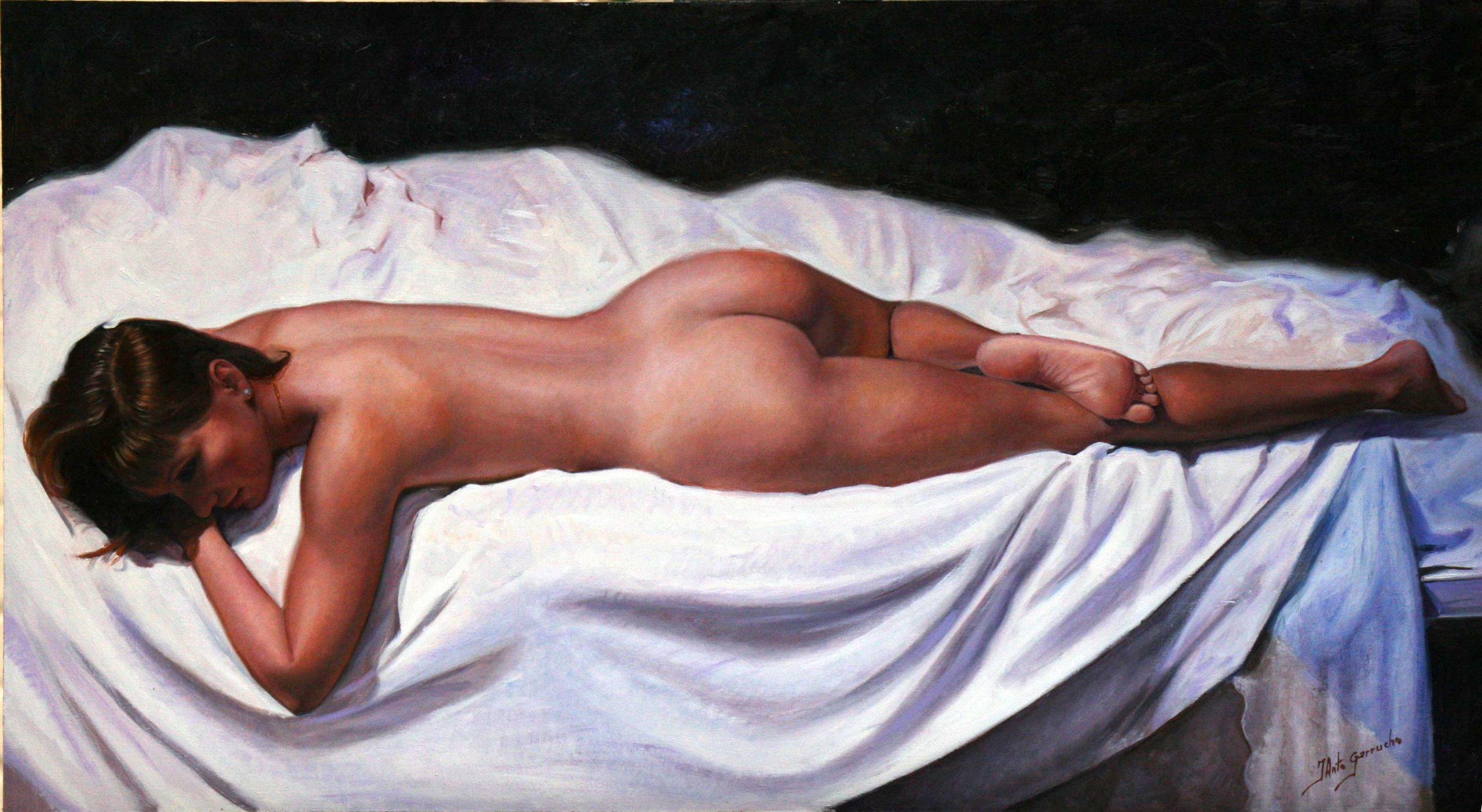 Desnudo sobre sábanas blancas